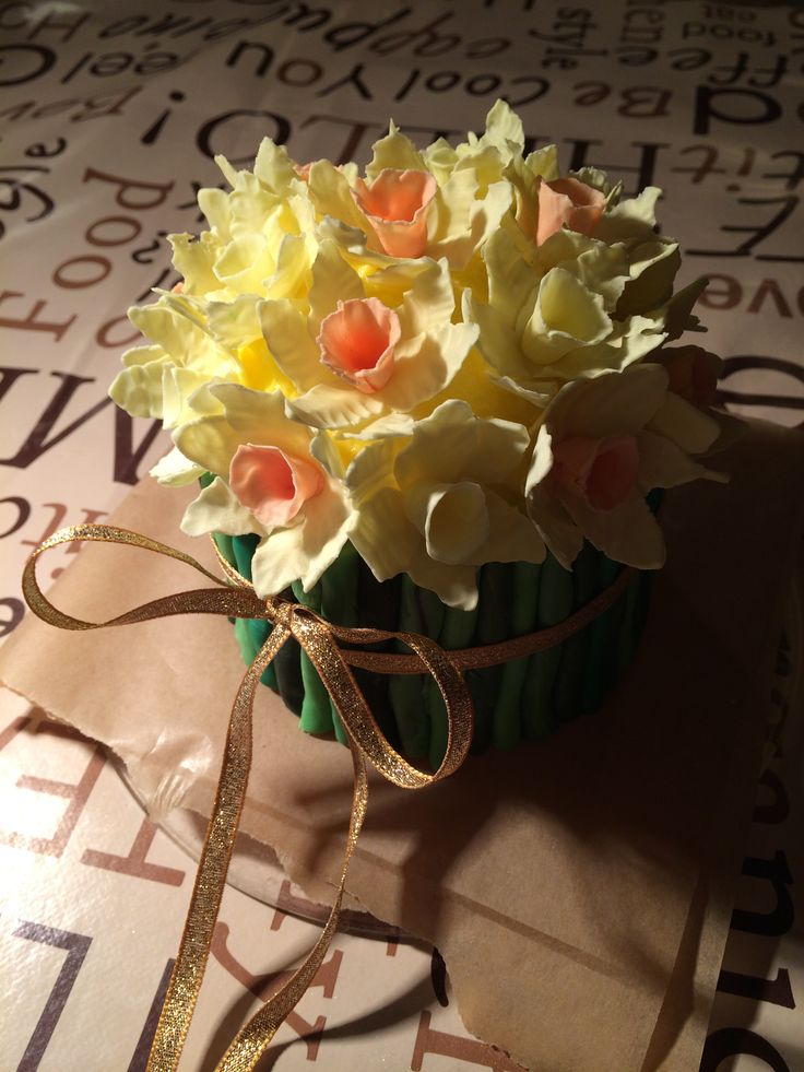 daffodil minicake for on top of a wedding cake