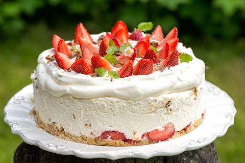 Mansikkainen Daim-juustokakku on helppotekoinen ja näyttävä kesäjuhlien kakku. Kaikki rakastavat Daimia!