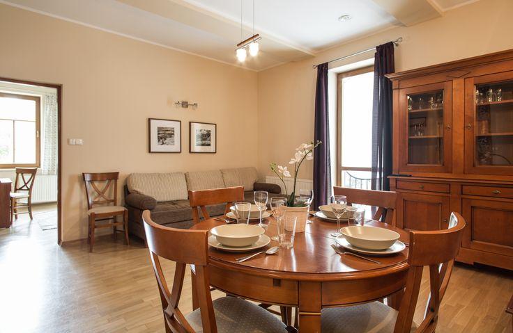 Radowid 17. Jest to gustownie urządzony apartament w którym może wypoczywać do 6 osób. W jego skład wchodzą: salon z telewizorem i rozkładaną sofą, w pełni wyposażony aneks kuchenny z częścią jadalną, sypialnia z dużym łożem małżeńskim, druga sypialnia z dwoma pojedynczymi łóżkami,  łazienka z prysznicem. http://www.tatrytop.pl/apartament-radowid-17-basen-centrum-zakopane