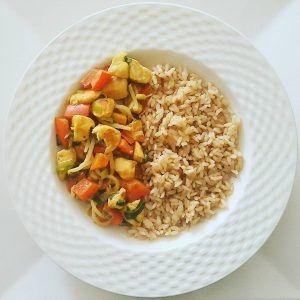 Voor 4 personen – (Zilvervlies)rijst (reken ongeveer 100 gram ongekookte rijst per persoon) – 450 gram kipfilet – 1 grote rode paprika – Bosui (groene gedeelte) – 125 …