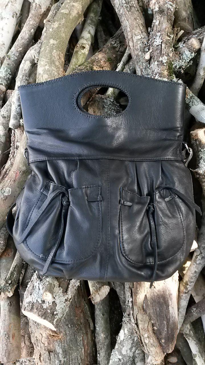 Cartera tamaño mediano. Incluye tirador largo tipo morral. #bags #leatherware #black