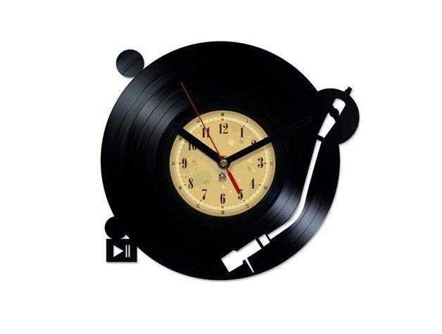 Zegar naścienny został wycięty z oryginalnej płyty winylowej. Na środku zegara znajduje się tarcza w postaci naklejki. Jest to idealny prezent dla każdego fana muzyki.