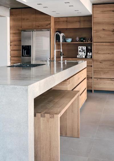 Houten keuken met houten bankjes die onder het aanrechtblad kunnen worden gescho…