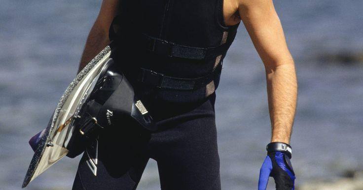 O que vestir enquanto pratica wakeboard. Wakeboard é um esporte aquático derivado de uma combinação de habilidades e técnicas do surf, snowboard e esqui aquático. Os praticantes se penduram em uma corda de reboque ligada a um barco que se move a uma velocidade de até 40 km por hora, dependendo das condições da água. Para se aventurar neste esporte, você deve se vestir com conforto e ...