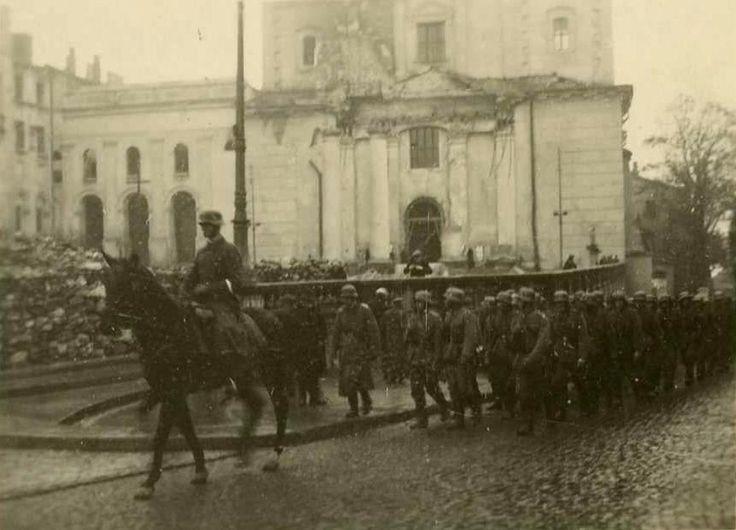 Lublin, ul. Królewska - wygląda to na kompanię. W tle zrujnowana Katedra