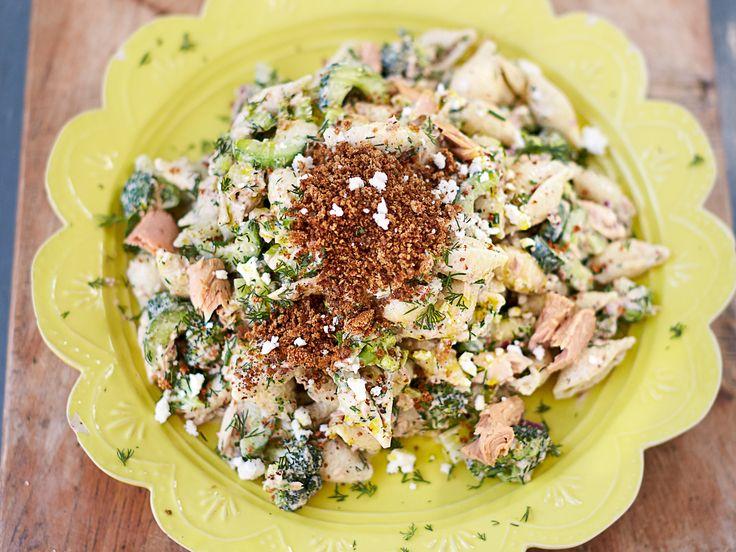 Pastasallad med tonfisk, fetaost och frasiga kajennsmulor | Recept från Köket.se