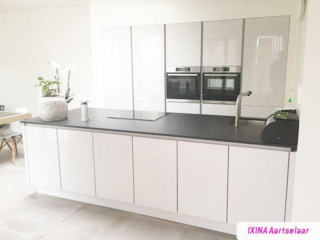 Deco Chambre Jaune Et Gris :  Cuisine blanche sans poignées  réalisation cuisine IXINA Aartselaar