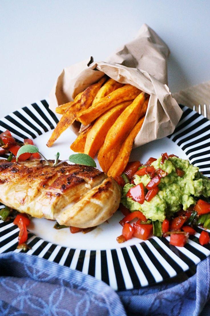 Gegrillte Hühnerbrust mit Pommes und Avocado-Dip