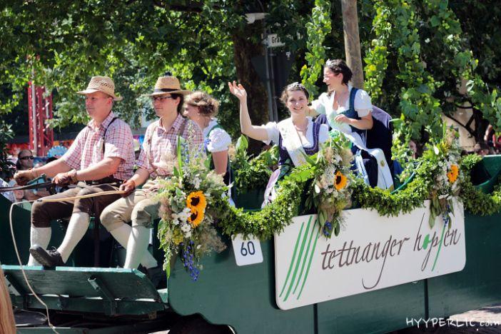 Festwagen der Hopfenkönigin und Hopfenprinzessinnen des Hopfenpflanzerverband Tettnang beim Montfortfest Festumzug 2014 in Tettnang