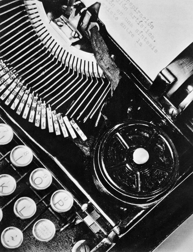 Tina Modotti, Macchina da scrivere, Messico 1928, Archivio Fotografico Cinemazero Images, Fondo Tina Modotti