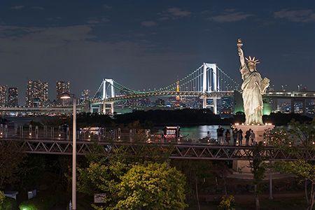 お台場の夜景と言えば、こちらが定番。レインボーブリッジ、自由の女神、そして都心の夜景が広がり、まさに東京を代表する夜景スポットです。