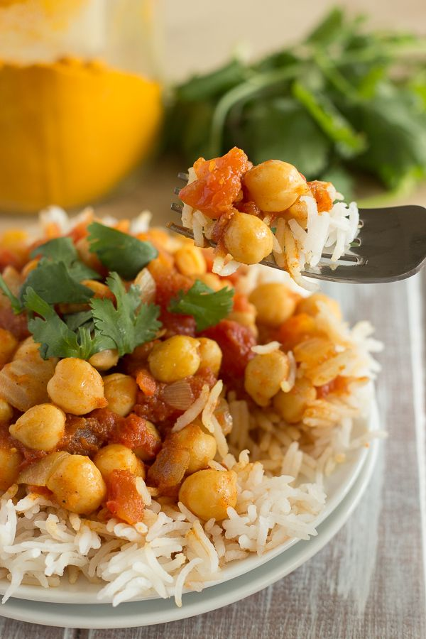 Quick and Easy Chana Masala from The Oh She Glows Cookbook (kikkererwten, basmati, tomaten en véél kruiden)