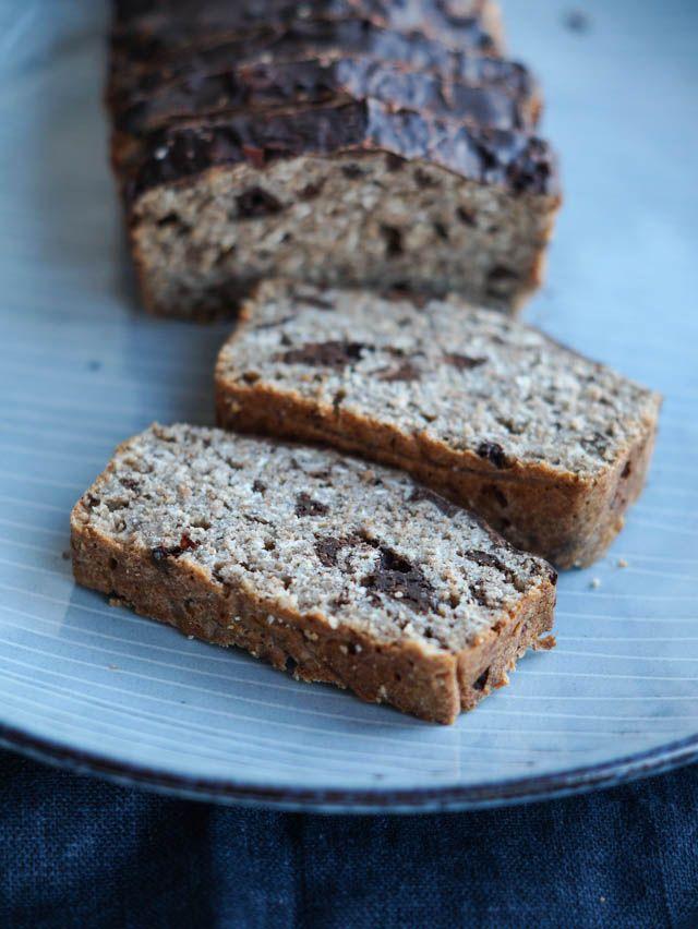 Lækkert sundere groft bananbrød med grahamsmel, havregryn og stykker af mørk chokolade. Spises med smør eller lidt peanutbutter.