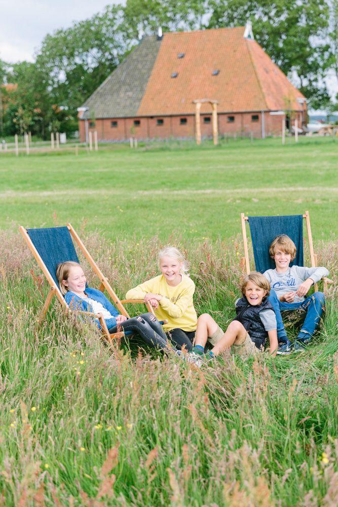 green beach. Kids in strandstoelen in het weiland van de Flinkefarm. photocredits: Hans Mossel
