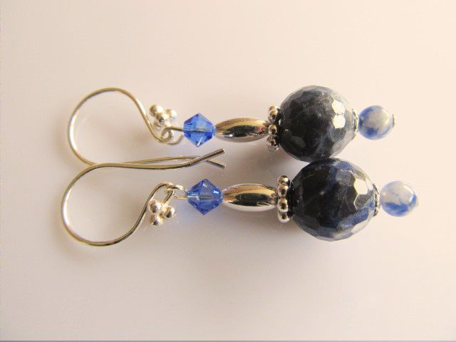 Oorbellen Arjet sodaliet facet donkerblauw en rond lichtblauw met blauw swarovski kristal. geheel lichtzilver.