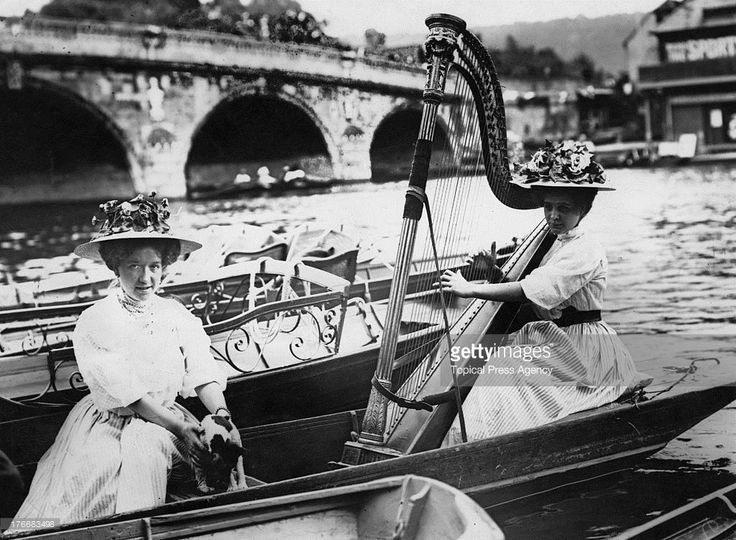 A spectator playing a concert harp in a boat at Henley Royal Regatta, Oxfordshire, 1908. (Photo by Topical Press Agency/Hulton Archive/Getty…