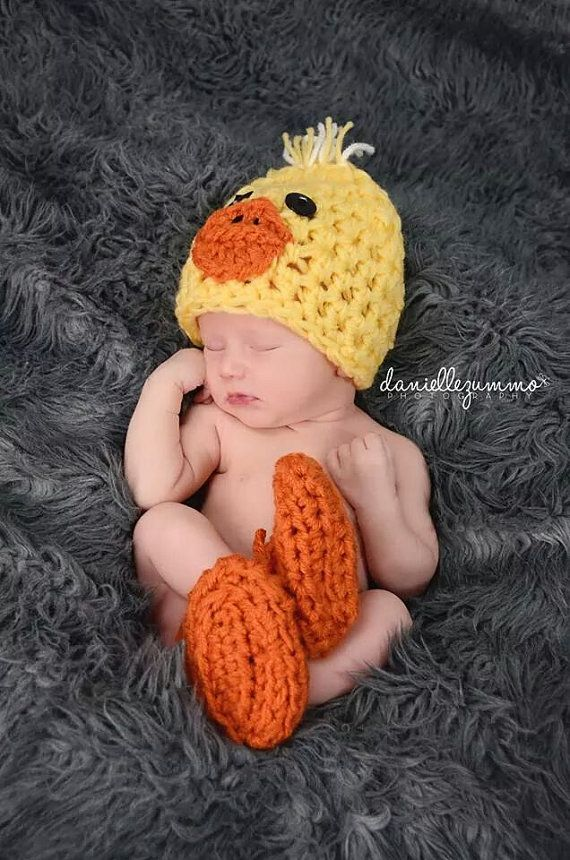 Adorable little ducky hat and drawstring feet booties perfect for photo prop or a halloween costume.      Choose your size in the drop down.