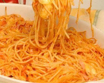 Espaguete é sempre uma boa pedida para o jantar, essa dica de espaguete com queijo e fiambre é muito pratico de preparar e uma verdadeira delicia para servir num jantar a dois.