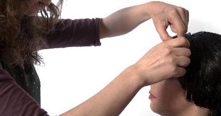 ¿Cuánto crece el pelo en una semana?. Hay muchos factores que pueden afectar la cantidad de cabello que crece en el transcurso de una semana. El factor más importante en determinar a qué velocidad crecerá tu cabello en una semana, es su composición genética. Algunas personas simplemente tienen un perfil genético que hace que su cabello crezca más rápidamente que otros. La dieta y la ...