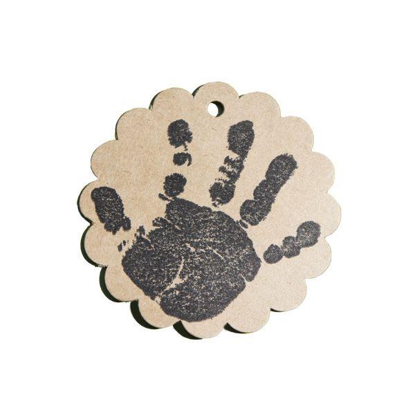 Tampon en bois spécial naissance avec la main de bébé sur étiquette kraft rosace