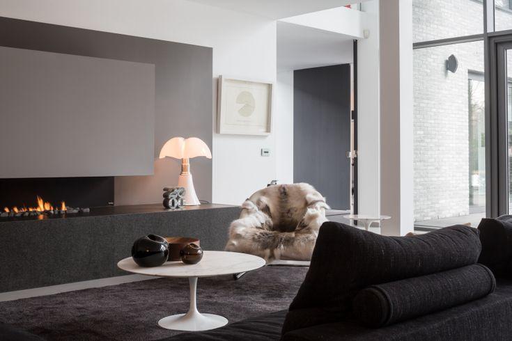 Černý luxusní bytový koberec JoV. / Black luxury residential rug by JoV.  http://www.bocapraha.cz/cs/dodavatel/28/jov-luxusni-kusove-koberce-belgie/