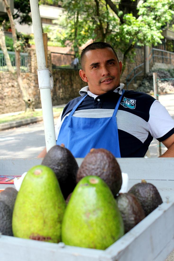 Óscar Orlando Contreras trabaja de 7:00 am  a 1:30 pm en la Calle 7 Sur, vende de 50 a 60 aguacates diarios. Hoy sólo llevó 20 y a las 2:45 no había podido terminar.