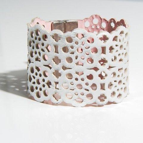 """Bracelet manchette modèle """"dentelle"""" """"Design raffiné et exclusif Dana Esteline"""" crée par Joyce Benoist Fermoir aimanté, garanti sans nickel : 4 cm Coloris tendance, multiples et contrastés"""