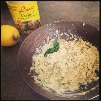ADATTO A: Spuntini (per intingere le verdurine) e pasti (come salsa d'accompagnamento)  PORZIONI: 2 TEMPO DI PREPARAZIONE: 1 h e 30 (se si cuociono le melanzane al forno) 20 min (se si cuoce la melanzana al microonde)  INGREDIENTI:  2 melanzane medie 3 cucchiai di salsa tahina 2 cucchiai d'olio evo succo di un limone sale menta e prezzemolo  PROCEDIMENTO: Innanzitutto cuocete le melanzane in forno statico preriscaldato a 180° per 1 ora e mezza (se usate il forno ventilato, cuocete a 160° per…