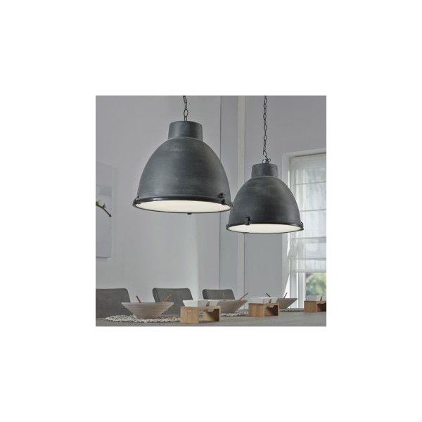 Deze hanglamp is uitgevoerd in industrieel staal. Aan de onderzijde zijn de kappen voorzien van reflectieglas. De 2 lichtbronnen zijn bevestigd aan grijze stalen kettingen. Een stoere en robuuste lamp, die uitstekend past boven een middelgrote eetkamertafel.