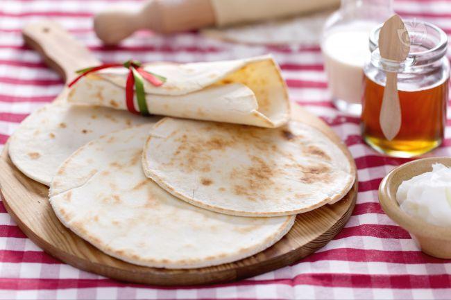 Scopriamo la ricetta della piadina, una delle ricette più tradizionali e più conosciute della cucina Romagnola assolutamente da assaggiare.