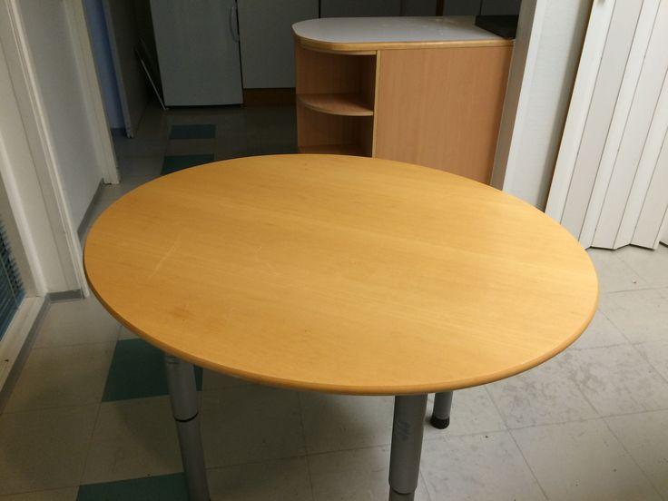 Pöyreä koivupöytä