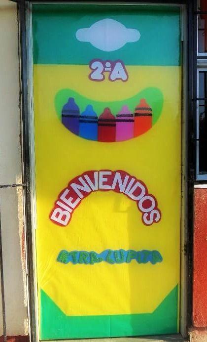 Puerta decorada de crayolas. Bienvenidos