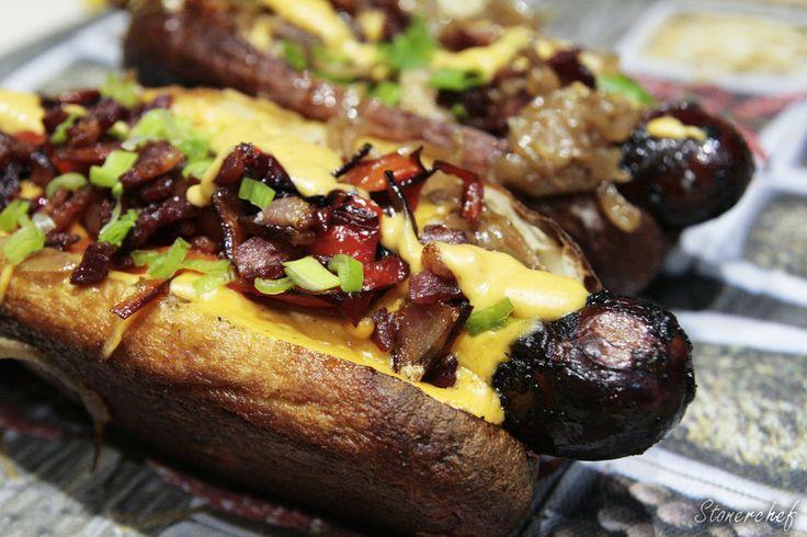 Hot dogi z karmelizowaną cebulą i sosem serowo-piwnym