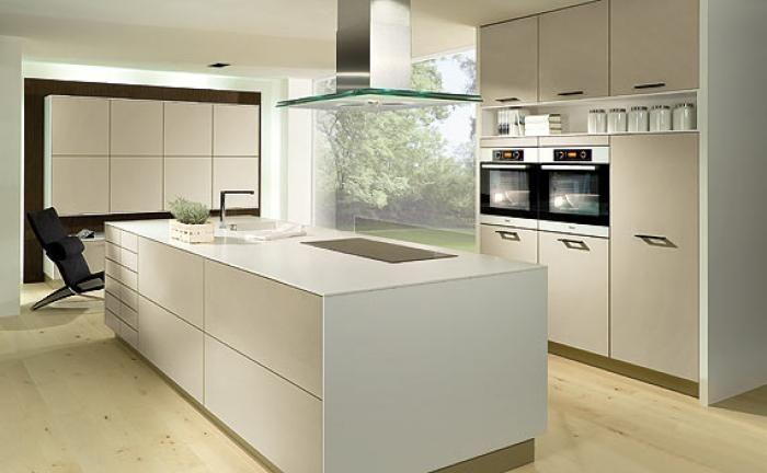 Proline LM: Moderne keuken, eiland uitgevoerd met lades met druksysteem.