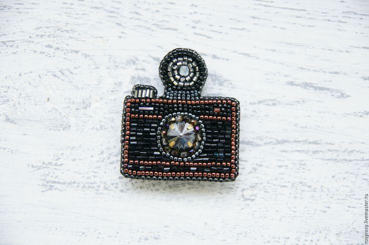 Купить Фотоаппарат брошь из бисера Фотокамера вышитая брошь 'Say Cheese' - черная брошь