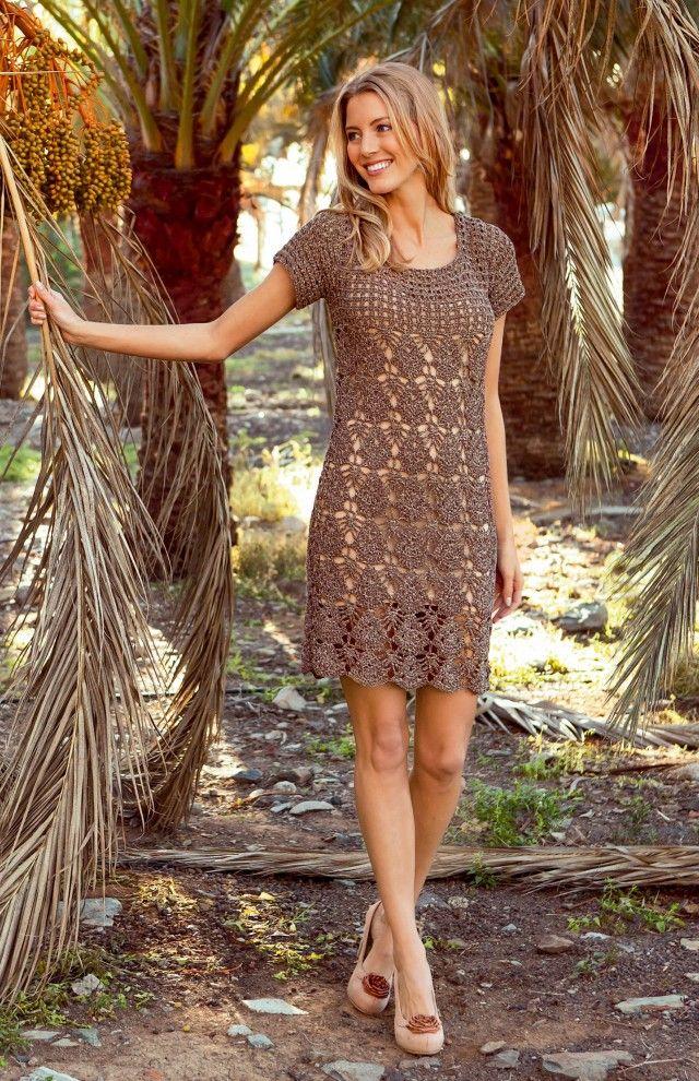Heklet sommerkjole med skjellmønster og gittermønster. Denne kjolen kan også lages/ brukes som en lang sommertopp om du ønsker det. Flere kreative heklere har laget sine egne, små vrier på denne kjolen. Se bilder av disse nederst i innlegget, og bli inspirert.