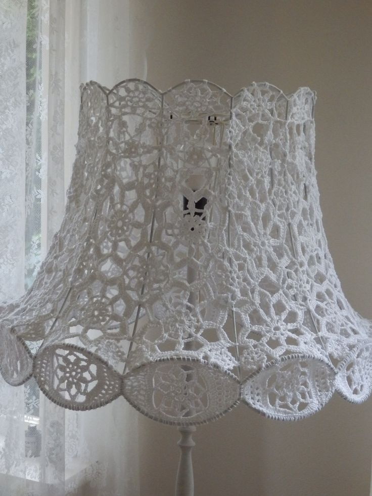 Crochet lamp. Gehaakte lamp. Mijn moeder maakte voor mij met witte katoen deze schitterende lampenkap. Een leeg frame en een aantal bolletjes, daar begon ze mee... Patroontje tekenen lukte wel, toen geschikte motieven en bloemetjes uitzoeken. Een hele klus, maar wat een resultaat!