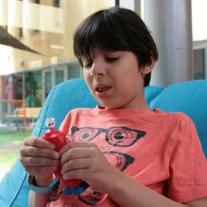 Fidget Robot o juguete antiestrés robot: Aprieta el cuerpo y verás cómo la cabeza y los ojos se salen y transforman el personaje. Cuando dejas de presionar vuelve a la normalidad. Dim. 12cm. Desde 3 años.