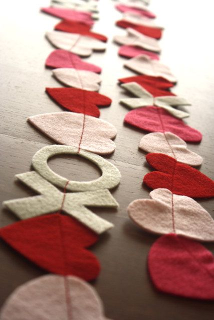 Valentine's Day felt garlandValentine'S Day, Ideas, Heart Garlands, Sewing Machine, Diy Valentine Day, Felt Garlands, Felt Heart, Crafts, Valentine Garlands