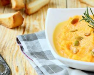 Purée de courge butternut au curry et lait de coco : http://www.fourchette-et-bikini.fr/recettes/recettes-minceur/puree-de-courge-butternut-au-curry-et-lait-de-coco.html