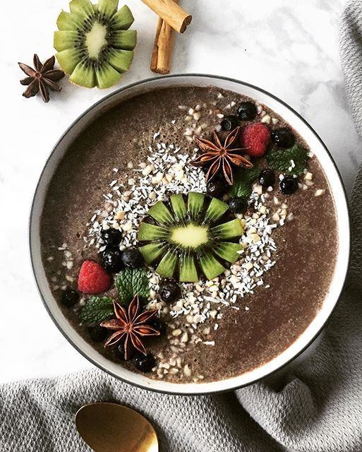 CAULIFLOWER CACAO SMOOTHIE BOWL! I haven't been drinking many smoothies lately -- it's be so chilly outside so I've been opting for warmer meals. But this morning I just needed one just loaded with leafy greens and this smoothie bowl just hit the spot.
