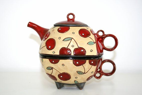 Tea for One, theepot met kopje thee Set, kersen theepot, handgemaakte thee Set, Hand geschilderde theepot, unieke Cup, aardewerk mok, aardewerk waterkoker Deze handgemaakte theepot en kopje gemaakt van klei en met de hand geschilderd. Uiterst positief, aangezien bestaat alleen uit natuurlijke materialen. Het is een prachtig cadeau aan ouders, jong gezin, thee liefhebbers, en gewoon mensen die comfort weten te waarderen. Klassiek rood, zwart en beige kleuren ontwerp met kersen decoratie in…