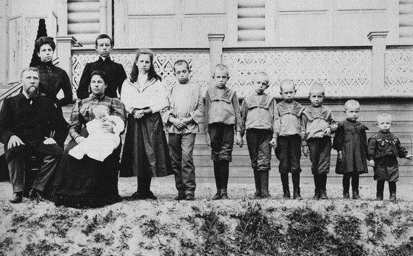 Абсолютный рекорд Гиннеса по деторождению принадлежит русской крестьянке, жившей еще 200 лет назад. Жена Федора Васильева за 27 родов произвела на свет 69 детей. Шестнадцать раз она родила двойняшек, семь раз - тройняшек и четыре раза по четверо детей. Colors.life