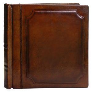 Modello: Libro  Descrizione: album realizzato in cuoio naturale conciato al vegetale tamponato a mano. La sua caratteristica è determinata dalla cucitura da 1 mm. in nylon intrecciato che unisce il dorso con i due pannelli. Il pannello anteriore è costituito da un rigonfiamento in lattice da 2 mm. sagomato.      Personalizzazione: transfer (trasferimento di una immagine sul cuoio).   Formati: dal 35x35 al 45x45 (a richiesta dimensione, colore e numero di interni particolari).