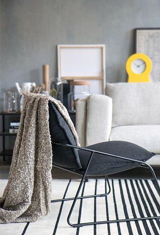 woonkamer in Stockholm stijl: grijze stoel met plaid