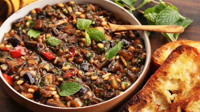 Соте из баклажанов — блюдо, которые может выступать как самостоятельное блюдо, как гарнир, как закуска. Прекрасно оно как в горячем, так и в холодном виде.