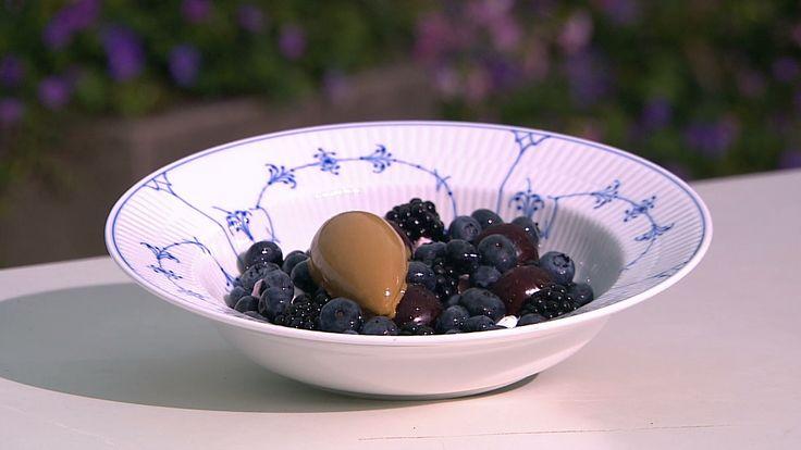 Mørke bær med karamel, marengs og lakridsis