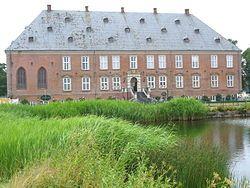 Valdemars Slot, Tåsinge - blev bygget af Kong Christian 4. i årene fra 1639 til 1644 til sønnen Valdemar Christian. En nærliggende, ældre borg fra middelalderen, Kærsgård, blev nedbrudt og indgik i nybyggeriet. I 1677 erhvervede søhelten Niels Juel Tåsinge og slottet for den indtægt, som sejren i Søslaget i Køge Bugt indbragte ham. Han restaurerede slottet, som stadig er i Juel-slægtens eje.