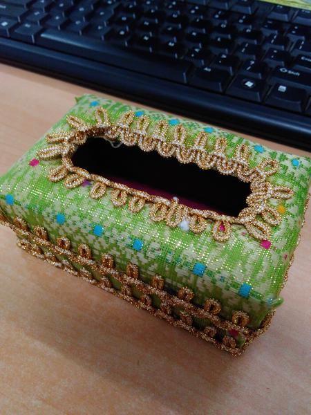 Kotak Tissue motif Songket Palembang sangat anggun dan cocok sebagai salah satu pemanis interior rumah. Cocok untuk digunakan sehari-hari atau menjadi cinderamata dan souvenir  Ukuran Barang: Panjang = 10 cm Lebar = 6.5 cm  Tinggi = 4 cm