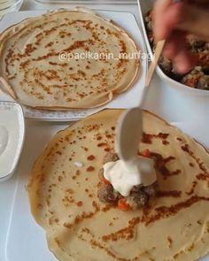Köfteli Bohça Kebabı Tarifi için Malzemeler Krep için; 1 su bardağı un 1,5 su bardağı süt 2 adet yumurta Tuz Köfte için; 300 gram kıyma 2 yemek kaşığı galeta